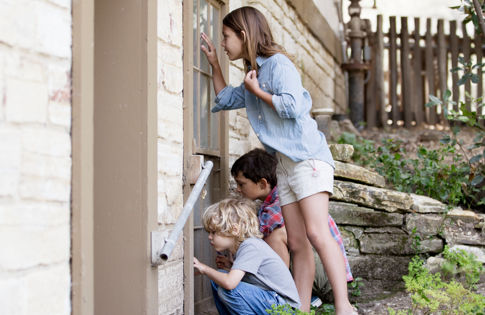 Carmel Valley Ranch_Lifestyle_Play_kids peeking into Activity Cottage