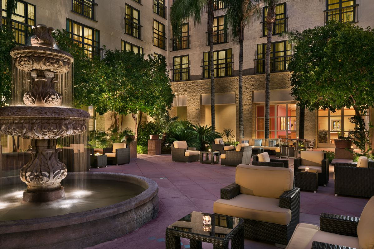 TempeMissionPalms_Exterior_Courtyard_Seating
