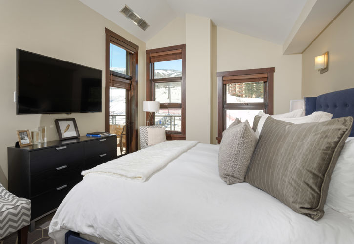 drsnowmass_accommodations_haydenlodge_king_guestroom