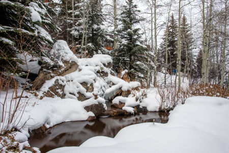 drsnowmass_accommodations_interlude_exterior_waterfeature_winter