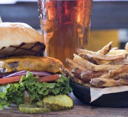 drsnowmass_dining_burgerandabeer_winter
