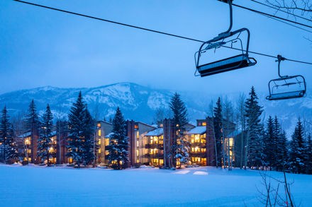 drsnowmass_accommodations_interlude_exterior_winter_skilift_bluehour