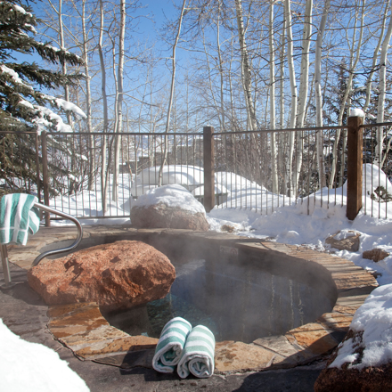 Snowmass_Laurelwood_Exterior_Amenities_Winter_Hot_Tub2