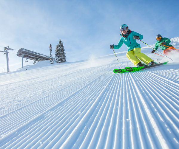 drsnowmass_activities_gosnowmass_groomerskiers_creditHalWilliams