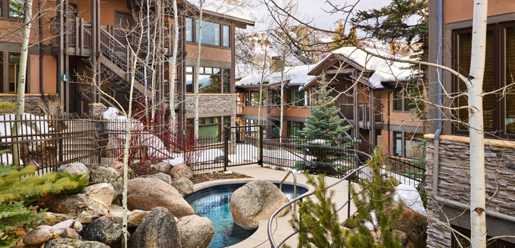 drsnowmass_accommodations_exterior_winter_aspenwoodhottub