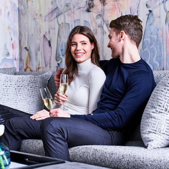 Motif_GuestroomSuite_Lifestyle_champagneCouple