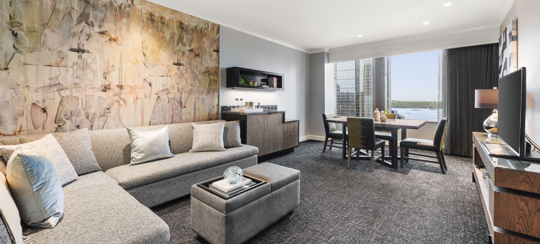 Motif_Guestroom_SignatreWaterViewSuite_Living Room_R
