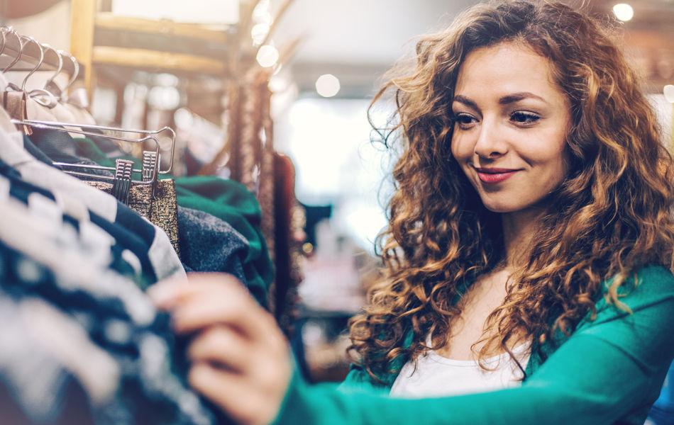 RSC_Shopping_Promenade_woman_clothesrack