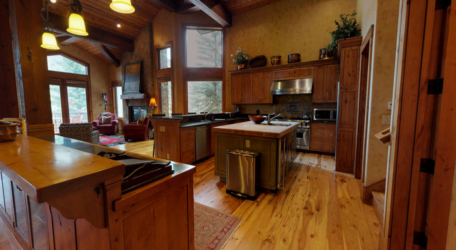 Red Wood West – Kitchen / Dining Room
