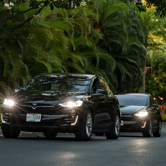 DR_Hawaii_Wailea Beach Villas_Grounds_Driveway_Teslas