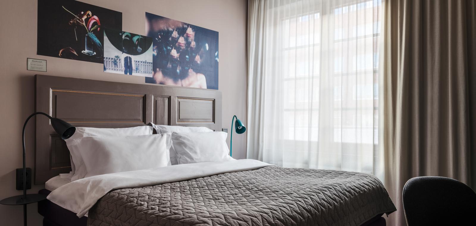 ARNJS-King-Bed-Room-Bed
