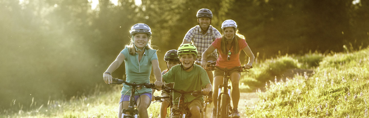 <b>Family mountain bikes on the trail in Vail, CO.</b>