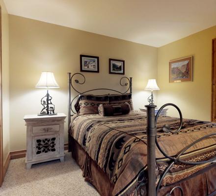 montaneros_accommodations_3b2b_bedroom